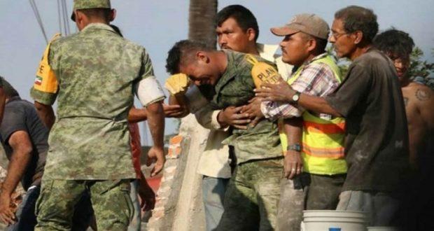 El soldado que llora tras rescatar los restos de una madre e hija somos todos nosotros