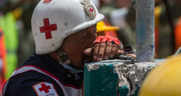 México ya tiene un estimado del costo de reconstrucción por sismo. La cifra preliminar para la reconstrucción de dos sismos devastadores en México asciende a los 2 mil millones de dólares. Así se desglosaron las cifras.. Sociedad civil, rescatistas y elementos del Ejército terminaron de remover escombros en el edificio que colapsó en la calle de Chimalpopoca, en la colonia Obrera, luego del sismo de 7.1 grados Richter. En la imagen, un rescatista de la Cruz Roja toma un descanso.