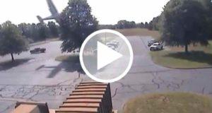 Piloto sobrevive al choque de su avioneta contra un árbol [Video]