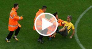 Aficionado invade el campo durante el juego entre el Barca y Las Palmas [Video]