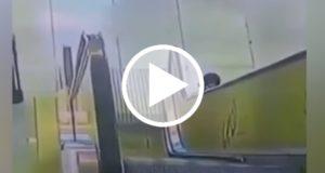 Graban el rescate de una niña atrapada en una escalera eléctrica