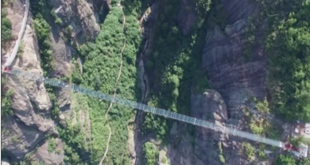 Un puente de cristal con efectos visuales y sonoros especiales que simula (con crujidos y fracturas falsas) romperse al caminar sobre él ha ganado popularidad mundial.