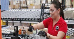 Las mujeres enfrentan más barreras que los hombres para mejorar su situación económica
