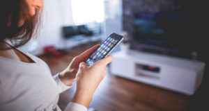 """Una joven china de 21 años de edad ha sido diagnosticada con """"oclusión de la arteria de retina"""" tras pasar más de 8 horas jugando en su celular."""
