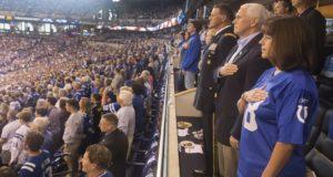 Luego de que una docena de jugadores de San Francisco se arrodillaran durante el himno de EE.UU., Mike Pence se retiró del estadio.