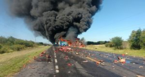 Se incendia autobús de pasajeros tras accidente en carretera Ciudad Victoria-Monterrey: VIDEO