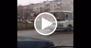 Chofer realiza arriesgada salvamento en un autobús en llamas [Video]