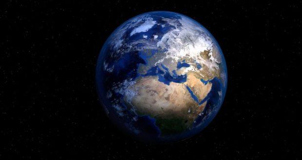 El artículo señala que la vida de la humanidad será amenazada por tendencias negativas que causan graves daños ambientales, como el cambio climático.