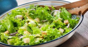 Consumir diariamente ensalada durante la vejez mantiene 11 años más joven el cerebro