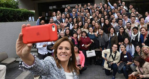 Zavala aprovecha el día de la Virgen para juntar firmas en la Basílica de Guadalupe