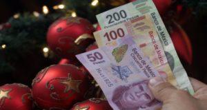 Mexicanos somos los que más gastamos en Navidad a ¡nivel mundial! ya que destinamos 34.6 por ciento de nuestros salarios en regalos y compras.