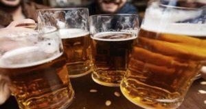 Como parte de un experimento piden voluntarios para beber cerveza por 56 días