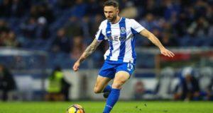 El jugador mexicano viajó a España para realizar pruebas físicas al conjunto español y sellar su préstamo.