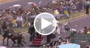 Papa Francisco auxilia a policía que cae de un caballo [Video]