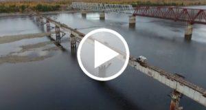 Jóvenes documenta su paso por el denominado puente más peligroso de Rusia