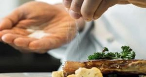 Consumir demasiada sal aumenta el riesgo de demencia: Estudio