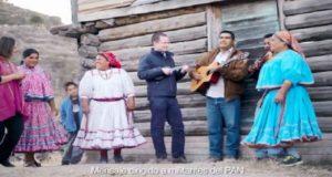 Ricardo Anaya toca el ukulele en comunidad de la Sierra Taraumara