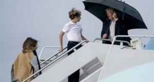 Trump abandona a Melania y a su hijo Barron en medio de la lluvia en Florida