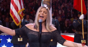La interpretación del himno a cargo de la cantante Fergie fue un desastre. Varios famosos, críticos y el público han calificado a la actuación de la norteamericana como una de las peores en la historia.