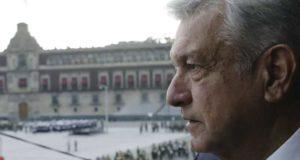 Andrés Manuel López Obrador. viendo al zócalo