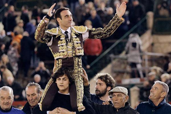 Enrique Ponce en hombros