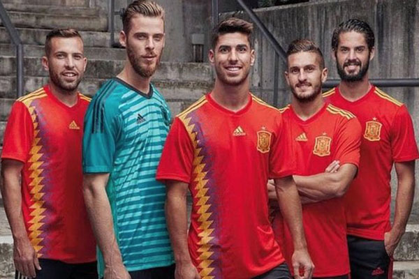 Se han presentado oficialmente diecisiete camisetas para la próxima Copa del Mundo, y las selecciones sudamericanas han pasado esta primera prueba.
