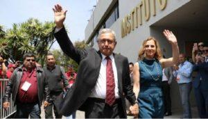 AMLO registra ante el INE candidatura a la Presidencia