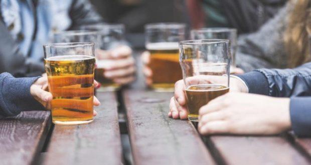 Tomar una copa de alcohol diariamente reduce nuestra expectativa de vida: Estudio