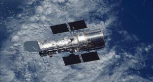 """El Telescopio Espacial Hubble de la NASA logró detectar una estrella """"supergigante azul a nueve mil millones de años luz de distancia."""