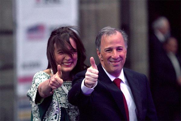 José Antonio Meade llegó acompañado de su esposa, Juana Cuevas, alrededor de las18:45 horas.