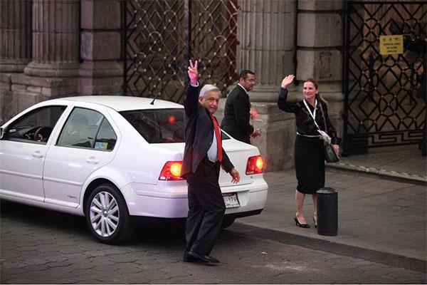 Andrés Manuel López Obrador, llegó a bordo de un vehículo color blanco en el que se transportaba acompañado de su esposa Beatriz Gutiérrez Müller