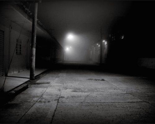Calle sola con poca iluminación.