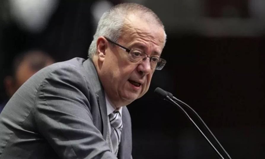 Dr. Carlos Urzúa.