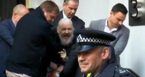Julian Assange es detenido por elementos de la policía británica en la embajada de Ecuador