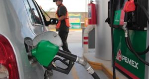 Auto conectado a la bomba de gasolina en gasera de Pemex
