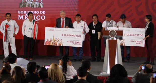 Entrega AMLO a dos municipios de Oaxaca 28.4 mdp recaudados en subasta