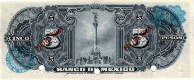 El reverso del primer billete de 5 pesos del Banco de México muestra en su viñeta el Monumento a la Independencia.