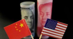 Las banderas estadounidense y china frente a billetes de dólar y yen. 20 de mayo de 2019. Ilustración. REUTERS/Jason Lee