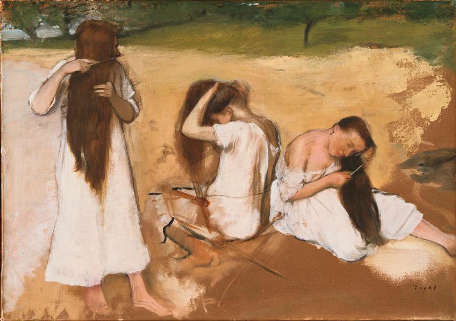Mujeres peinando su pelo.