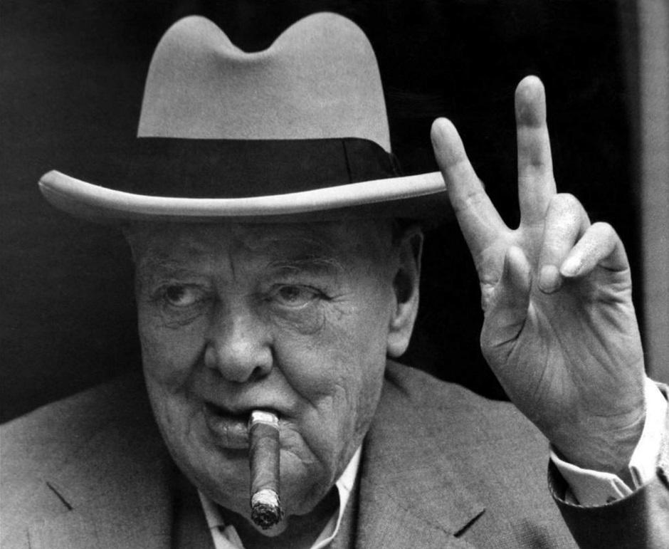 """Winston Churchill haciendo la """"V"""" de la victoria."""