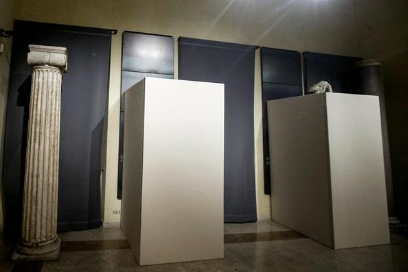 esculturas desnudas tapadas en el capitolio