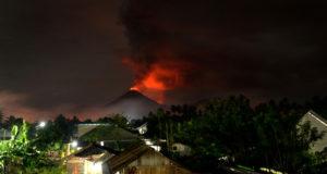 Ciudadanos huyen despavoridos de una nube de ceniza tras la erupción de un volcán en Indonesia