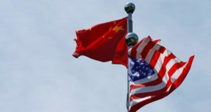 Las banderas de China y Estados Unidos ondean cerca del Bund, antes de la reunión de la delegación comercial estadounidense con sus homólogos chinos en Shangái, China,