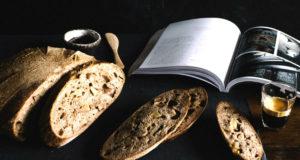 Pan y libro.