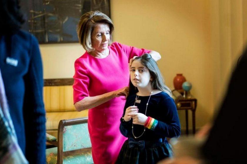 Nancy Pelosi peinando a su nieta en el Capitolio