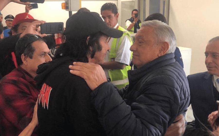 Andrés Manuel López Obrador se encontró con el payaso Cepillín en el aeropuerto