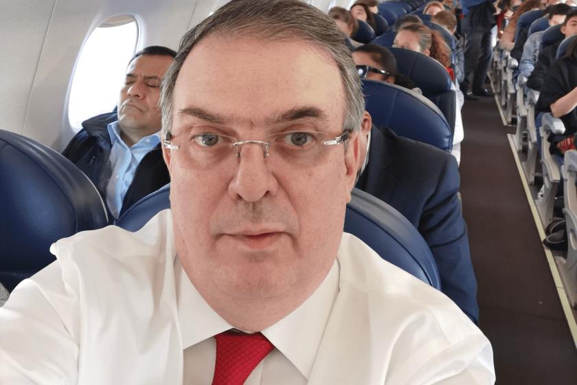 Marcelo Ebrard viaja a Guatemala y toma selfie en el avión