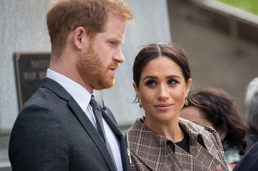 Reina Isable II apoya salida de duques de Sussex de familia real