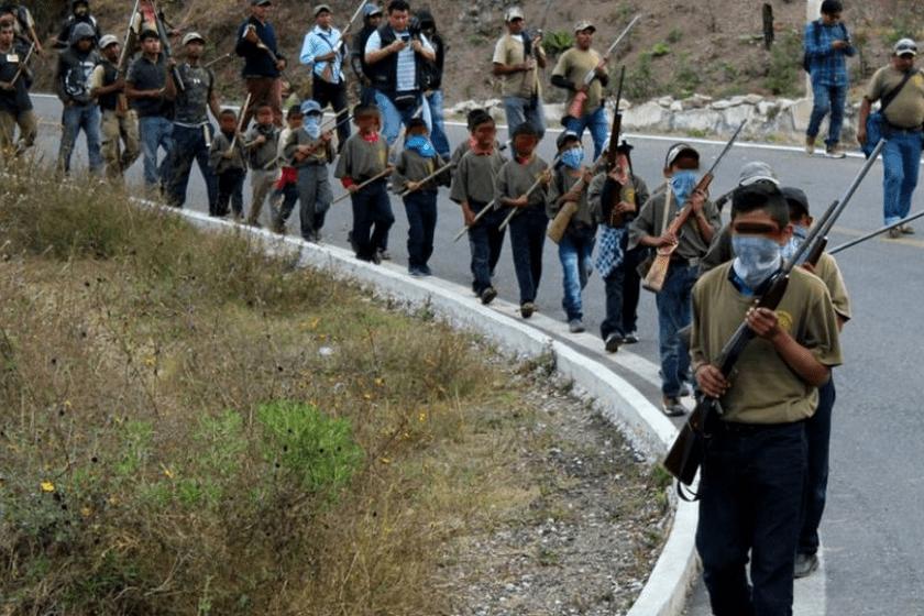 Niños indígenas de Guerrero armados