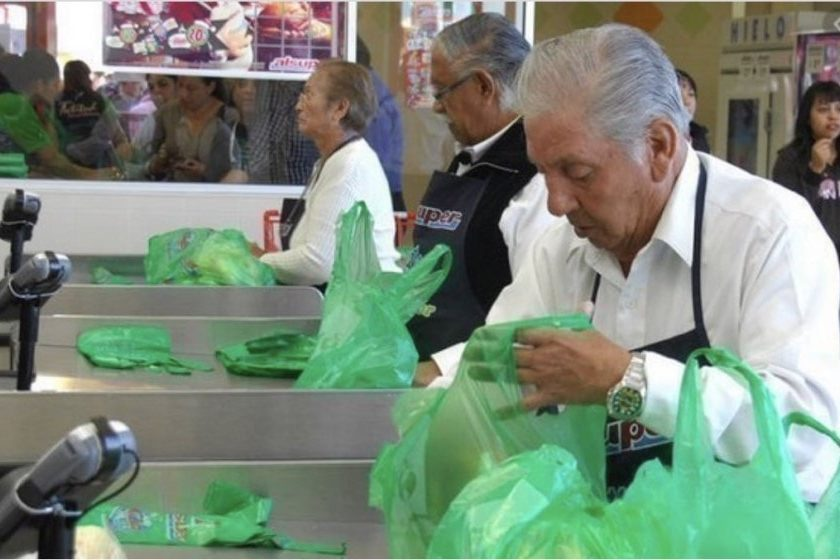 Adultos mayores que trabajan en supermercados en riesgo por coronavirus